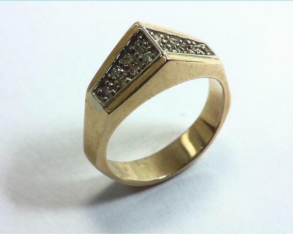 Diamond's Engagement Ring set in a nice 14 kt Yellow Gold Simple Design 6